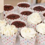 カップケーキを生クリームでデコレーション