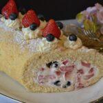 フルーツたっぷりのロールケーキ
