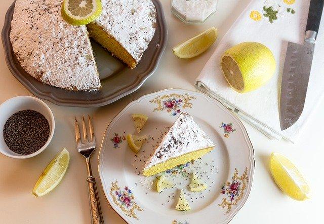 正しいマナーで食べられているレモンケーキ