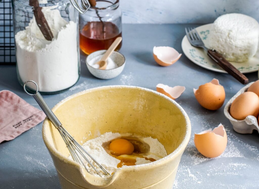 お菓子作りで卵を泡立てる